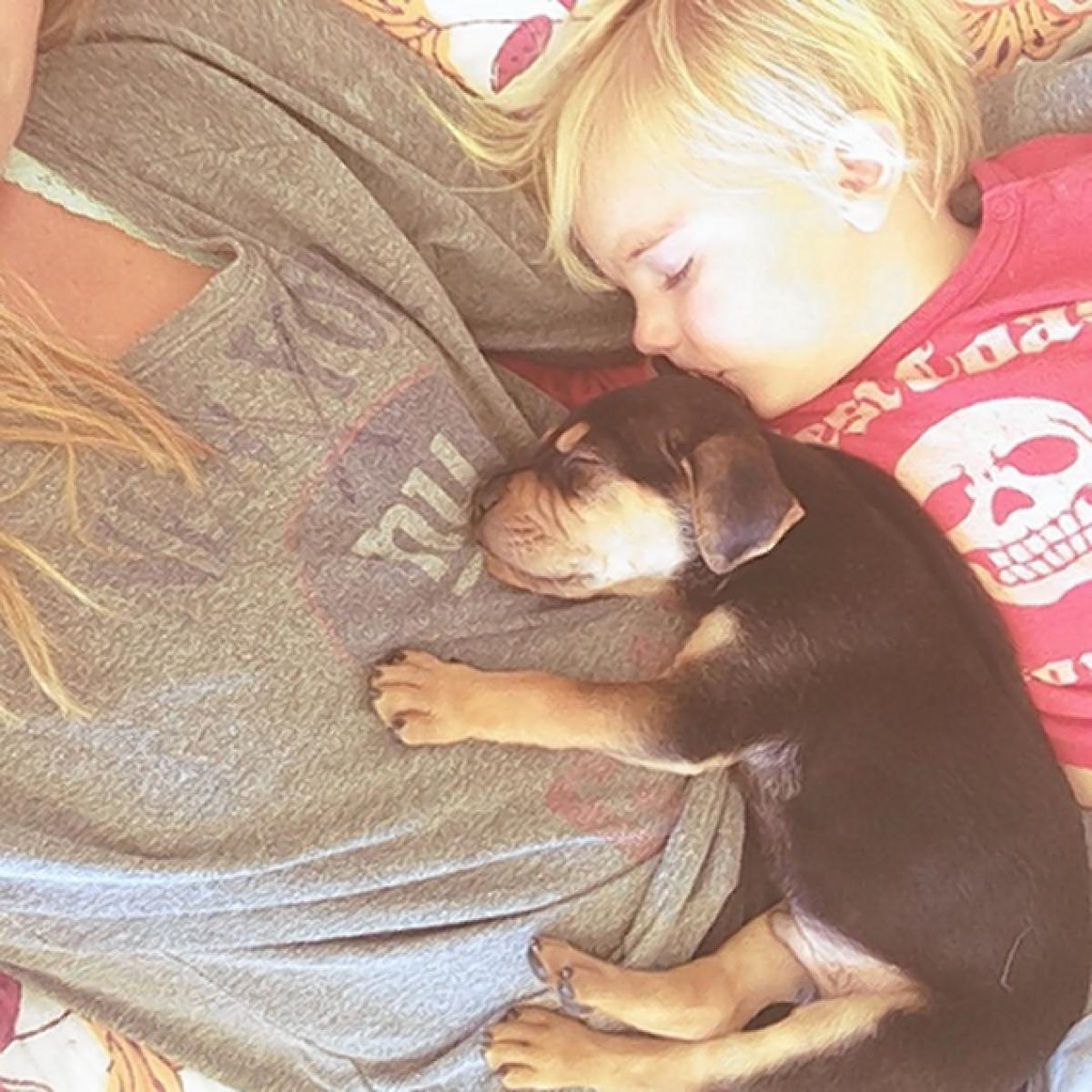 kids-sleep-with-dogs (8)